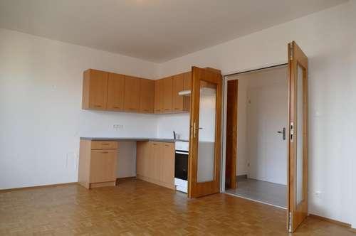 Drei Zimmer, Loggia, Bad mit Wanne. Wunderbar. Erstes Mietjahr vergünstigt.