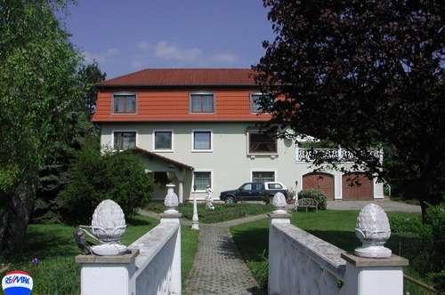 Großzügiges Haus mit parkähnlichem Garten