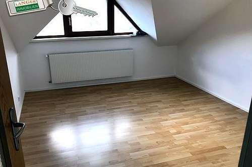 Helle großzügige 3 Zimmer Mietwohnung im Dachgeschoß!