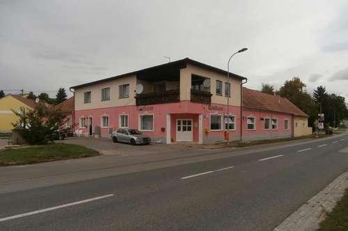Erdberg: Gebäude mit 4 Wohneinheiten, Garage u. großen Grund