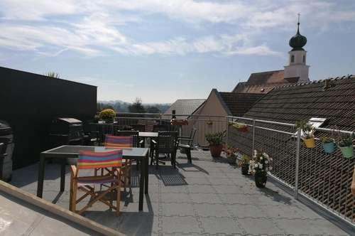 Wohnen übder den Dächern von Schärding: Gepflegte Maisonettewohnung mit möblierter Küche und Dachterrassennutzung im Zentrum