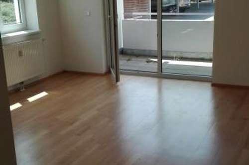 Gepflegte, großzügige 3-Zimmer Wohnung mit Loggia in guter Wohnlage in Ried