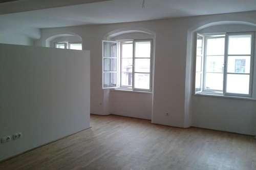 Großzügige 1-Zimmer-Wohnung in top renoviertem Altbau