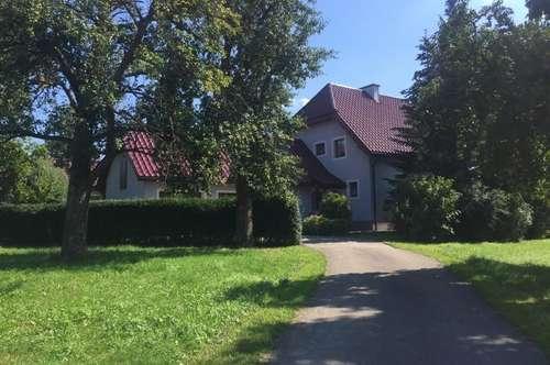 Einfamilienhaus im Landhausstil in idyllischer Lage, inkl. 4 Garagen und Zusatzgebäude mit vielen Möglichkeiten