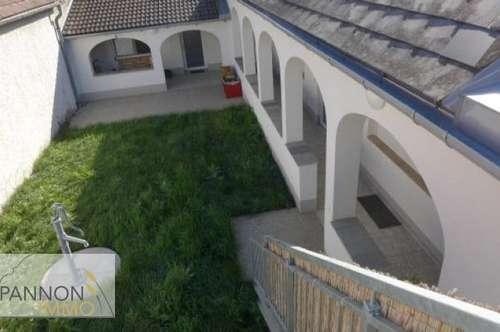 offene Mietwohnung im Streckhof mit Arkaden und Innenhof / Obergeschoß