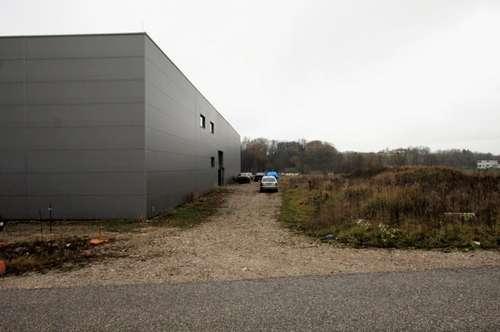 Grundstück mit fast betriebsfertiger Halle