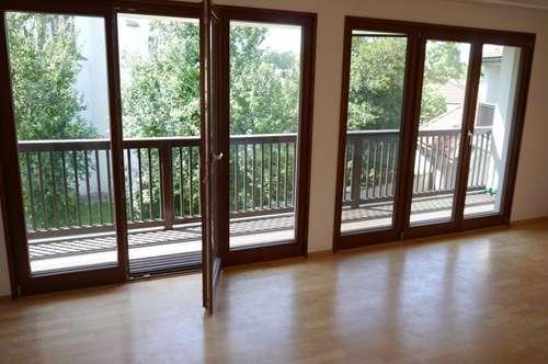 zur Miete: sehr helle und moderne DG Wohnung in Grün-Ruhelage mit Balkon