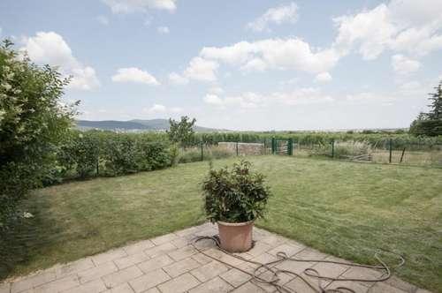 Natur direkt vor der Haustüre: Weinort Sooß: neuwertiges und sonniges Dachgeschoß in einem drei-Parteien Haus