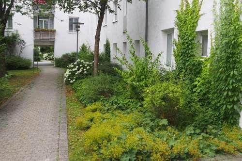 Kinderfreundlicher Wohntraum am grünen Stadtrand mit bester Infrastruktur! Gepflegte 3-Zimmer-Wohnung mit Loggia im ruhigen Siedlungsgebiet!