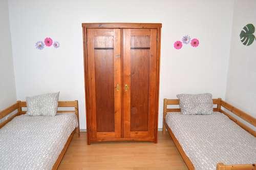 Zweibettzimmer in Grünruhelage mit Vorraum, Dusche und WC.