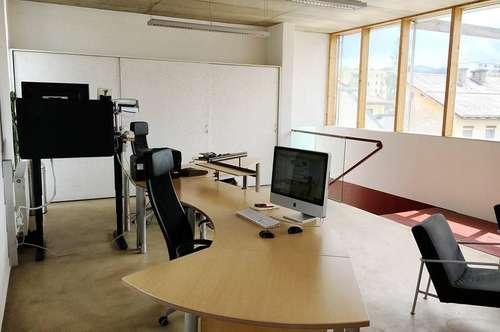 Hellen Büroraum mit großer Glasfront und Terrasse zwischen Messe und UKH