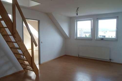 Makartstraße: Gemütliche, preiswerte Dachgeschoßwohnung, zwei Zimmer, ca. 65 m2 WNFL, 3. Stock, Gemeinschaftsgarten, Parkplätze!