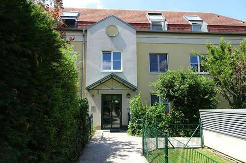 In grüner Ruhelage - Praktisch geschnittene 4 Zimmer-Wohnung mit Balkon & Garage