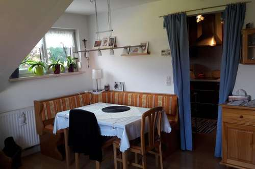 Eine Wohnung mit drei Zimmer und kleiner Gartenfläche