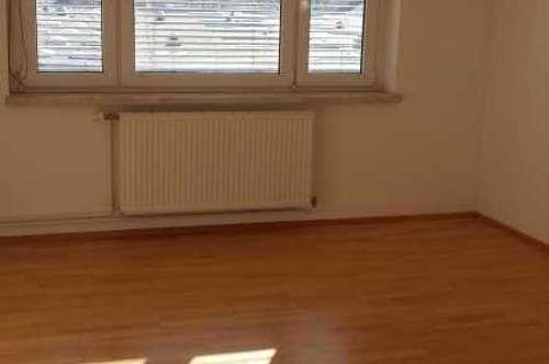 Großzügige 3 - Zimmerwohnung mit Balkon Nähe Hallenbad