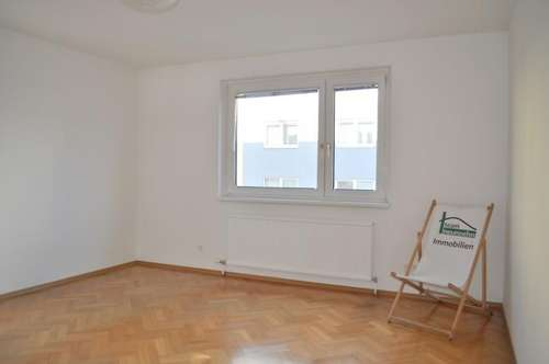WG Aufgepasst! 2 Zimmer GETRENNT BEGEHBAR! ab sofort! Lift vorhanden! möblierte Küche mit Platz für ein Tisch!