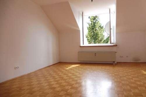 Sanierte und sehr helle Maisonette-Wohnung in zentraler Lage