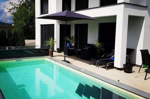VIKTRING-Neuwertiges Einfamilienhaus mit Pool und Doppelgarage