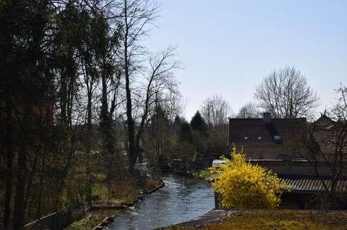 Sehr gepflegtes, kleineres Wohnhaus mit Bachterrasse am Mühlbach