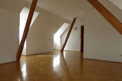 Weiz, Stadtrand! Entzückende Dachgeschoßwohnung mit viel Licht, großem Wohnbereich und Parkplatz!