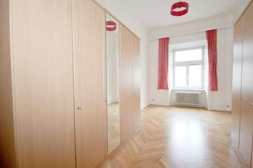 ZENTRALER geht es nicht ! Mitten in der Altstadt / Fußgängerzone: 2 Zimmerwohnung im ersten Stock mit Blick auf den Hauptplatz