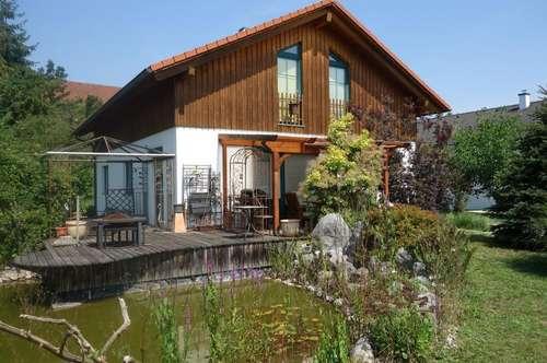 Einladendes Holz-Fertigteilhaus mit gemütlichem Garten