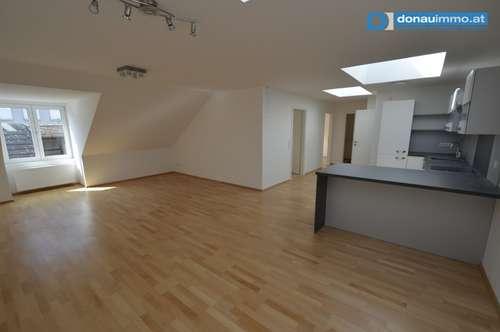Moderne neue Dachgeschoß-Mietwohnung in der Fußgängerzone von Krems beim Steinertor 2er WG geeignet