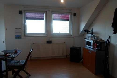 Makartstraße: Reizende Dachgeschoßwohnung, zwei Zimmer, ca. 65 m2 WNFL, 3. Stock, Parkplätze!