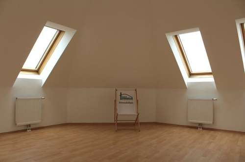 Geräumiges Wohnzimmer! Helle Dachgeschosswohnung! Sehr guter Zustand!