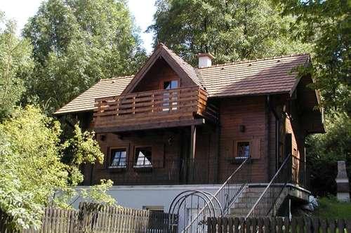 Behagliches Blockhaus in grüner Siedlungslage