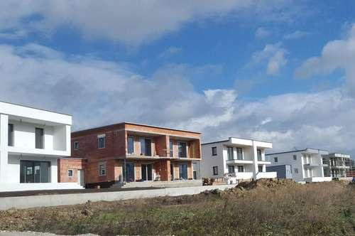 Modernes Doppelhaus in verkehrsgünstiger Grünlage am Rande der Stadt