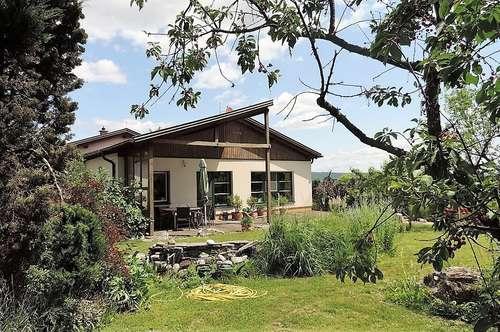 Sie wollen keine Nachbarn, auch keinen Straßenlärm? Ruhe und Natur im Architektenhaus sind garantiert - Bungalow hell und geräumig mit gepflegtem Garten und Garage