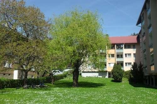 Sonniges, qualitativ hochwertiges 4-Zimmer-Eigentum mit Südloggia, Großgarten und Waldzugang
