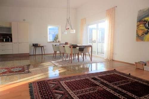 Exklusive 5-Zimmer-Wohnung mit zwei Dachterrassen, Eigengarten und KFZ-Abstellplatz
