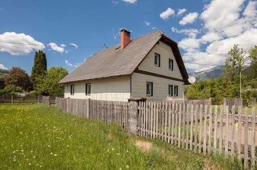 Kleines Haus mit ebenem Garten und Garage