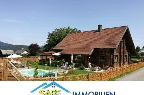 Velden/Augsdorf: Holzblockhaus mit Pool in sonniger Waldrandlage nicht weit vom See entfernt.