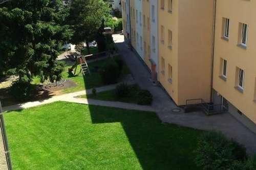 Wohnen in der liebenswerten Messestadt Ried! Gemütliche 2-Zimmer-Wohnung mit Balkon in idyllischer Grünlage mit perfekter Infrastruktur!