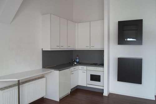 Köglstraße: Ruhige, gepflegte Dachgeschoßwohnung mit hohen Räumen, 47m2 WNFL, 2 Zimmer, ablösefreie Küche, 3.Stock