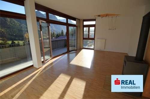 Schöne 3-Zimmer-Dachgeschoßwohnung mit großem Balkon / Kaminofen / 2 Kfz-AP
