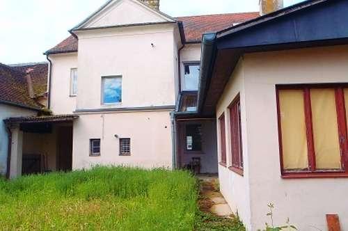Gr. Petersdorf: historisches Mehrfamilienhaus mit Atelier in zentraler Lage