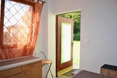 Zweibettzimmer in Grünruhelage mit kleinem Vorraum, Dusche und WC.