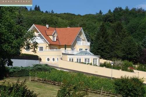 Repräsentative Villa mit Schwimmhalle in Traumlage