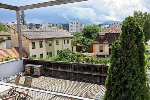 Helles Shared Office mit großer Glasfront und Terrasse zwischen Messe und UKH