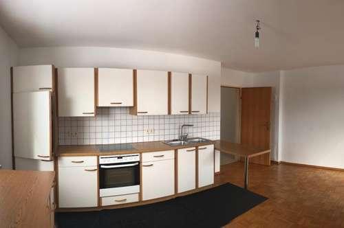 Sonnige Zweizimmerwohnung mit Loggia und Carport
