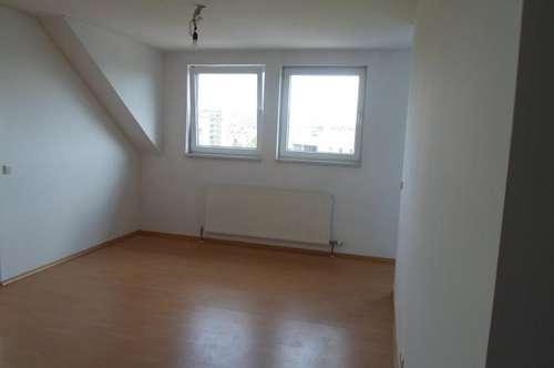 Makartstraße: Hübsche Dachgeschoßwohnung, zwei Zimmer, ca. 65 m2 WNFL, 3. Stock, Parkplätze!