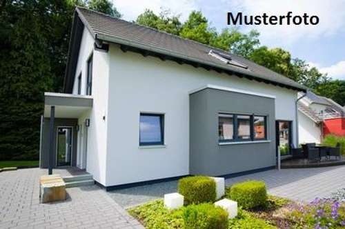 + Einfamilienhaus mit Gartenteich +