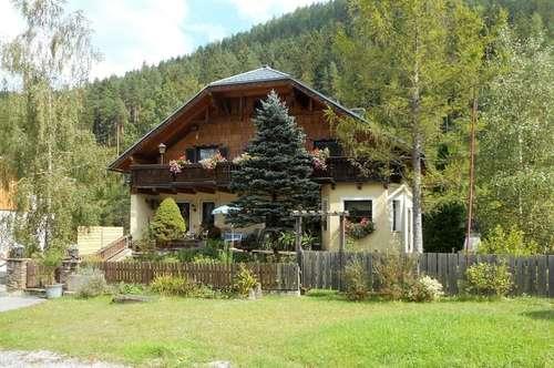 Großes Haus mit viel Grund in idyllischer Landschaft