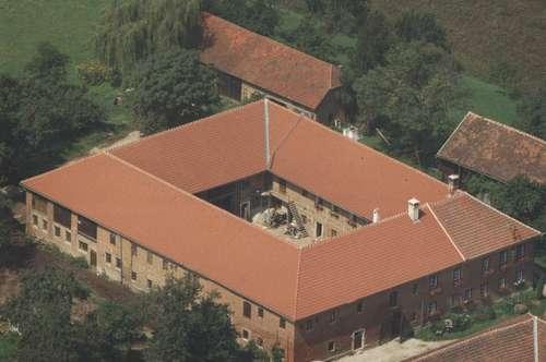 Großer Vierkanthof im mostviertler Hügelland.