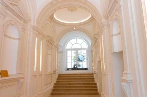 sehr repräsentative Altbauwohnung in schönem Haus, Erstbezug!