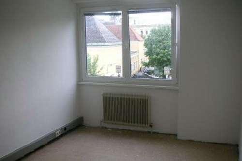 NEU renovierte 3-Zimmer Wohnung im Zentrum mit Südbalkon und Parkplatz